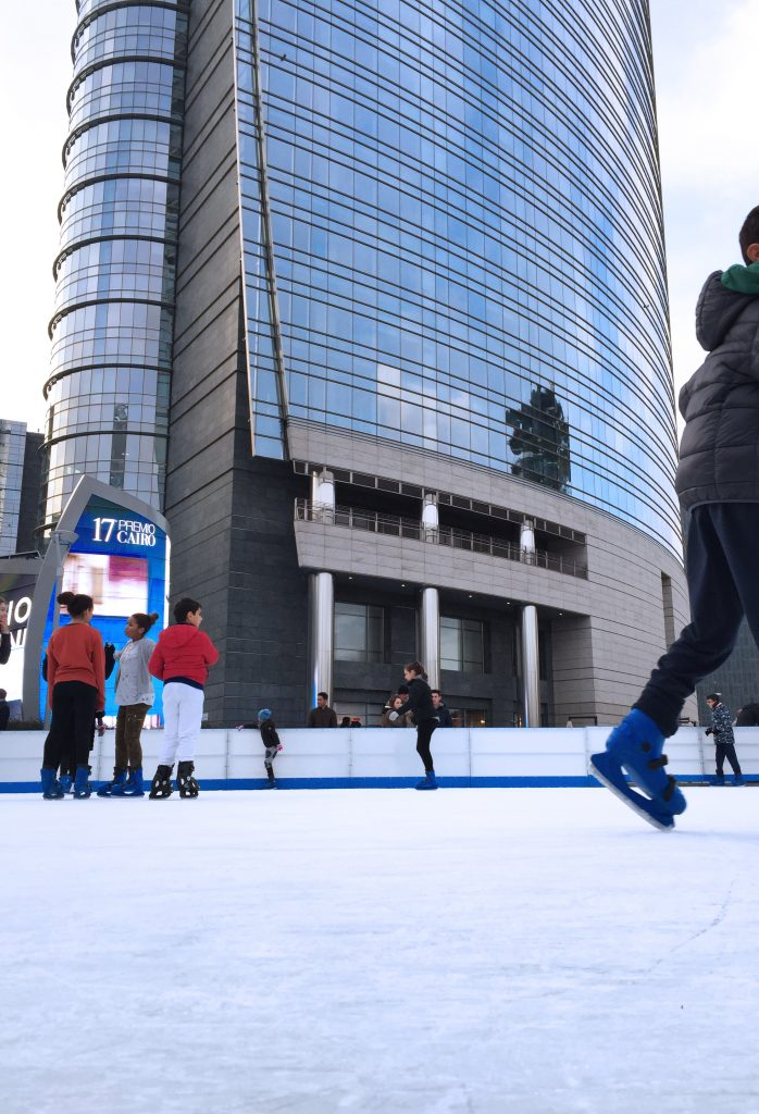 On Ice, la pista sul ghiaccio in Piazza Gae Aulenti