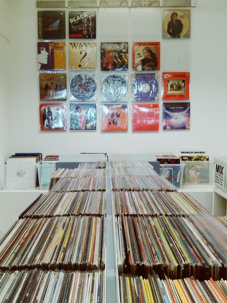 Nonostante internet, il digitale e lo streaming, a Padova la passione per il vinile resiste e non dà cenni di cedimento: ecco i migliori negozi dove comprare dischi a Padova