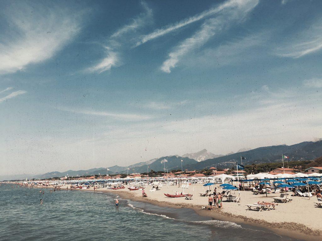 Se pensate che Forte dei Marmi sia solo una delle tante località di mare italiane, vi sbagliate di grosso e oggi ve lo dimostriamo
