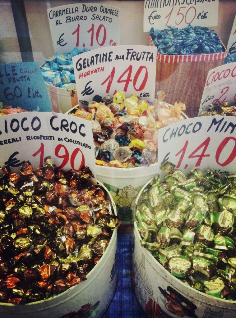 Tutta la magia di Santa Maria della Pioggia, la piazza di Bologna che sembra vivere fuori dal tempo