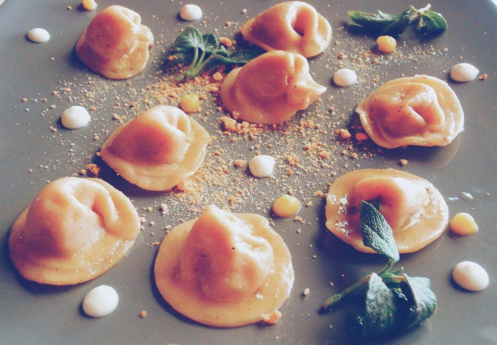I tortelli di Zucca di Mantova sono una religione e noi siamo andati a scovare il posto che li prepara meglio, guardando alla tradizione ma provando anche a innovare