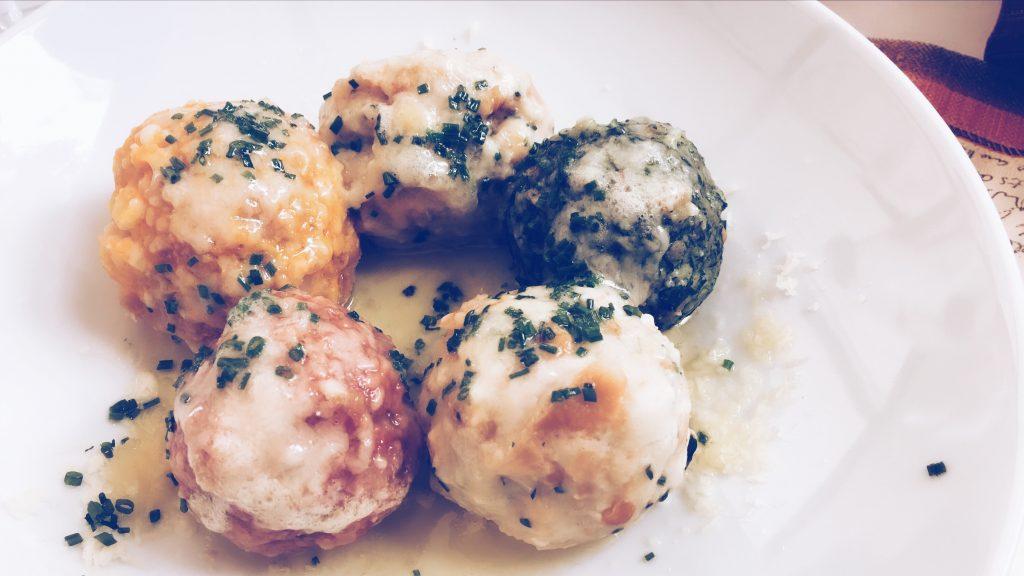 Il piatto inventato sotto minaccia è diventato il simbolo della gastronomia di Bolzano: il canederlo