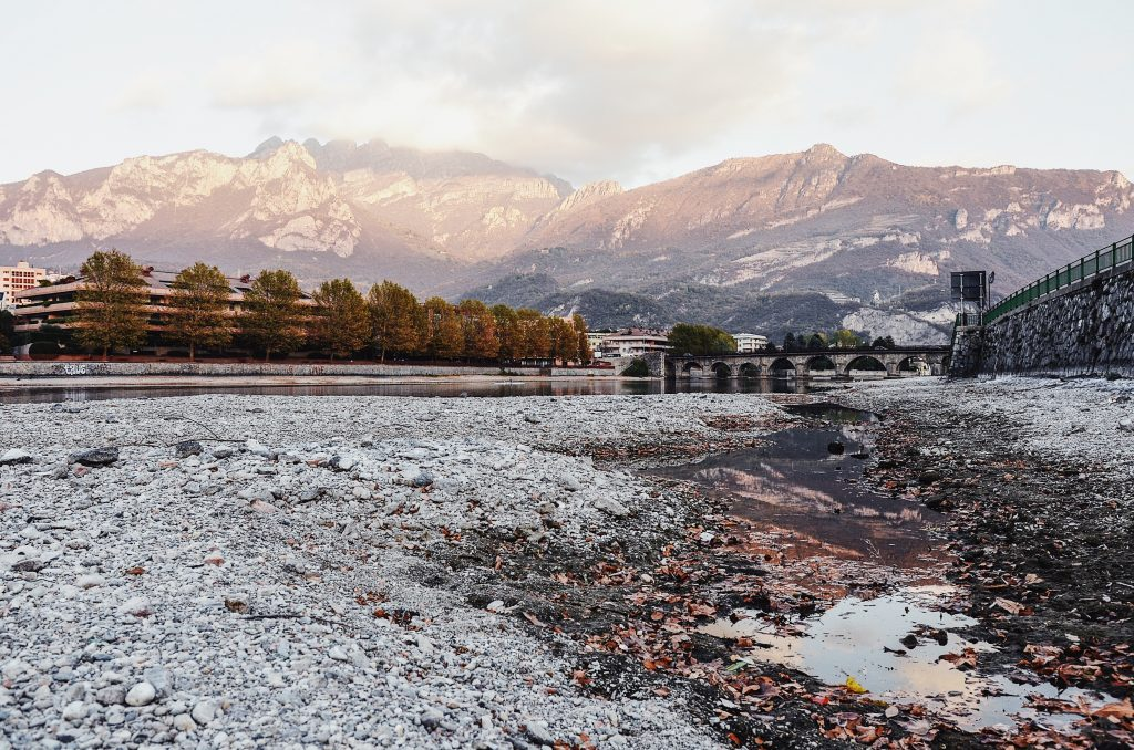 Passeggiare lungo il lago di Lecco, per scoprire colori e paesaggi che dall'autunno si avviano verso l'inverno e si specchiano nell'acqua