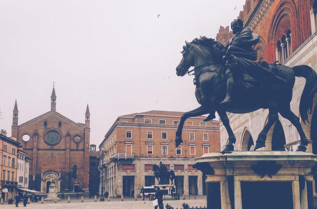 Si arriva in stazione e si sta in giro a Piacenza tra vie, corsi, chiese e giardini, con finale obbligato in una istituzione delle trattorie piacentine