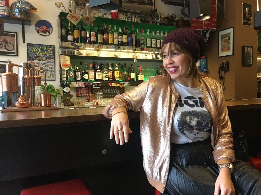 Iniziare con un cupcake, proseguire con shopping di classe, finire sugli sgabelli di un bar americano: è la Milano vintage e fuori dal mondo che si può trovare solo in Isola