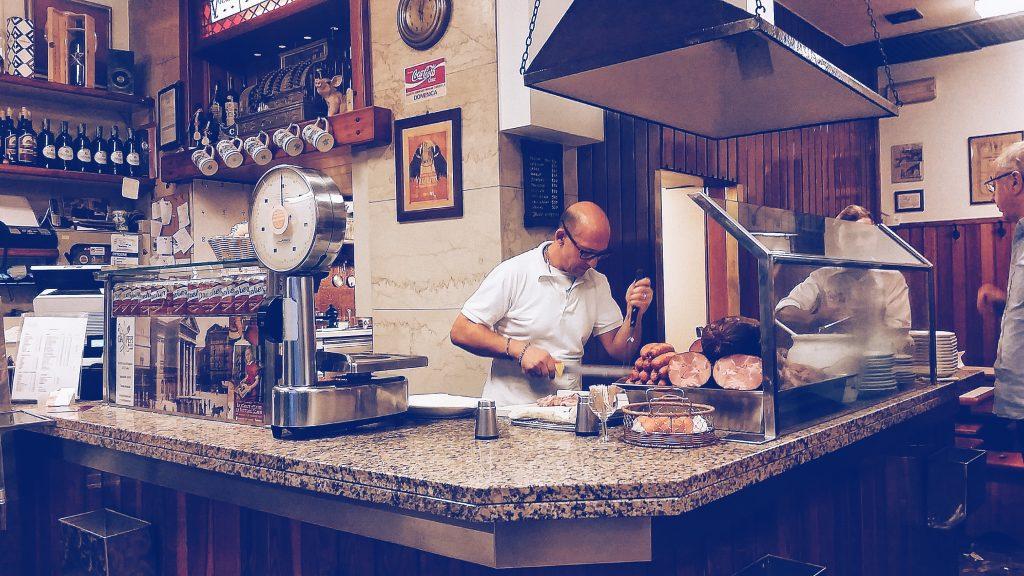 Non è facile trovare un piatto tipico in una città dalla storia particolare come Trieste, ma la porzina è senz'altro la cosa che più vi si avvicina