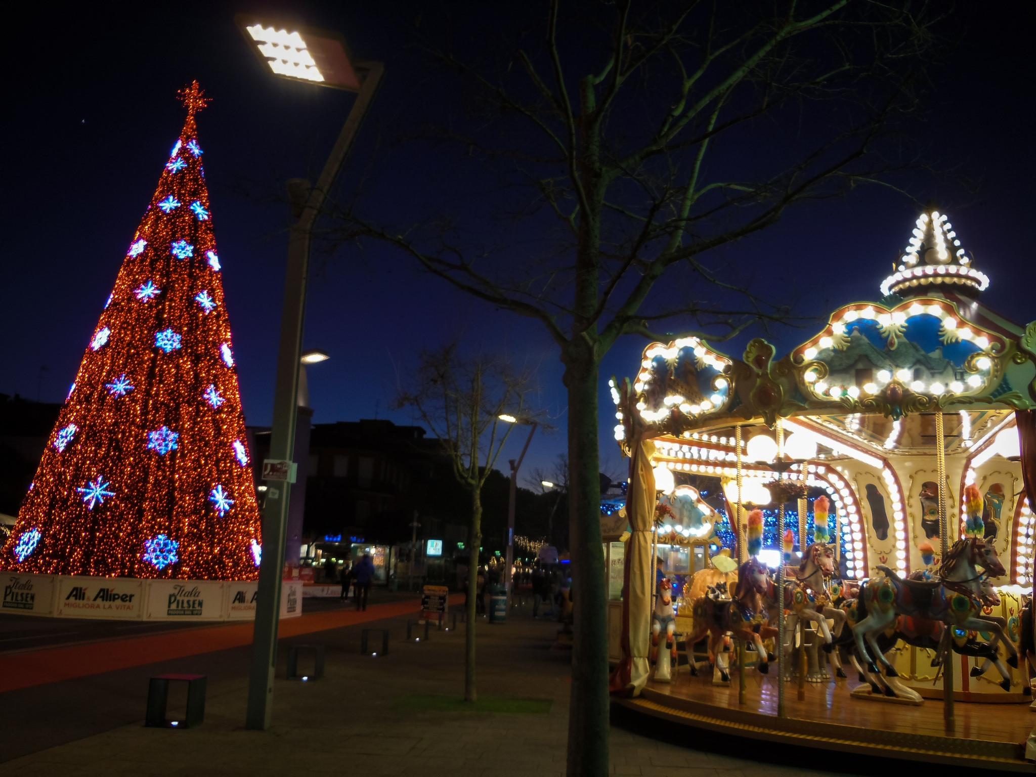 Jesolo Christmas Village, il mercatino di Natale più grande del Veneto: settanta casette in legno bianche, una lunga moquette rossa e mare tutto intorno.