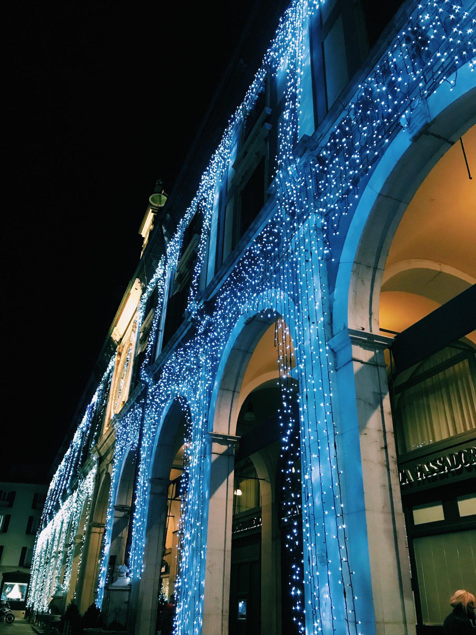 Una passeggiata serale fra le mille luci di Brescia, quando i colori delle feste accendono la città e la trasformano ogni giorno in qualcosa di nuovo