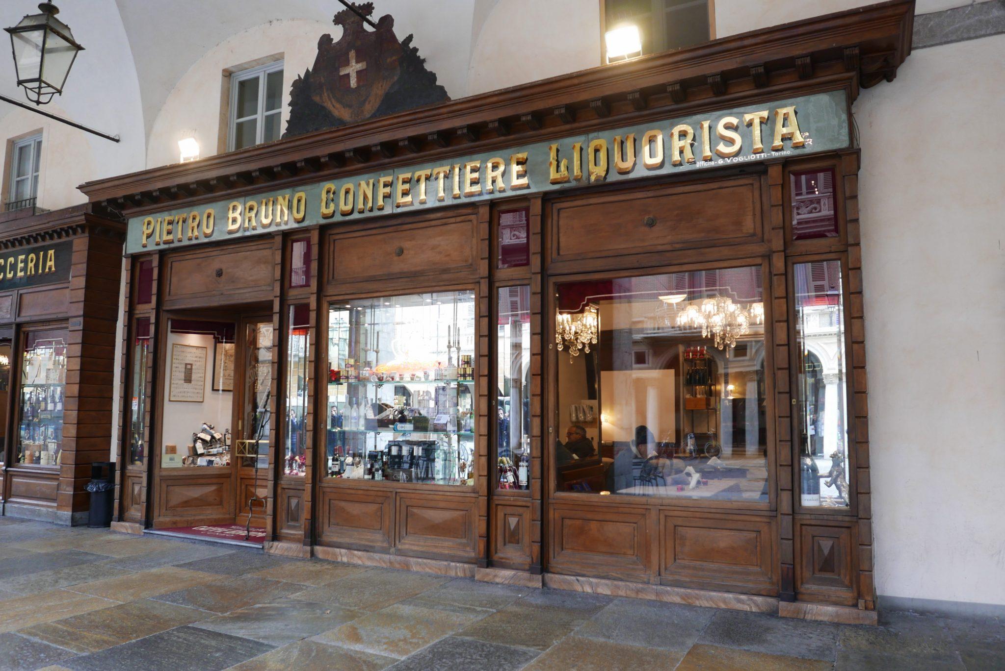 Le insegne storiche di Cuneo raccontano la storia antica della città. Una visita guidata lungo le vie del centro per riscoprire le epoche e i negozi