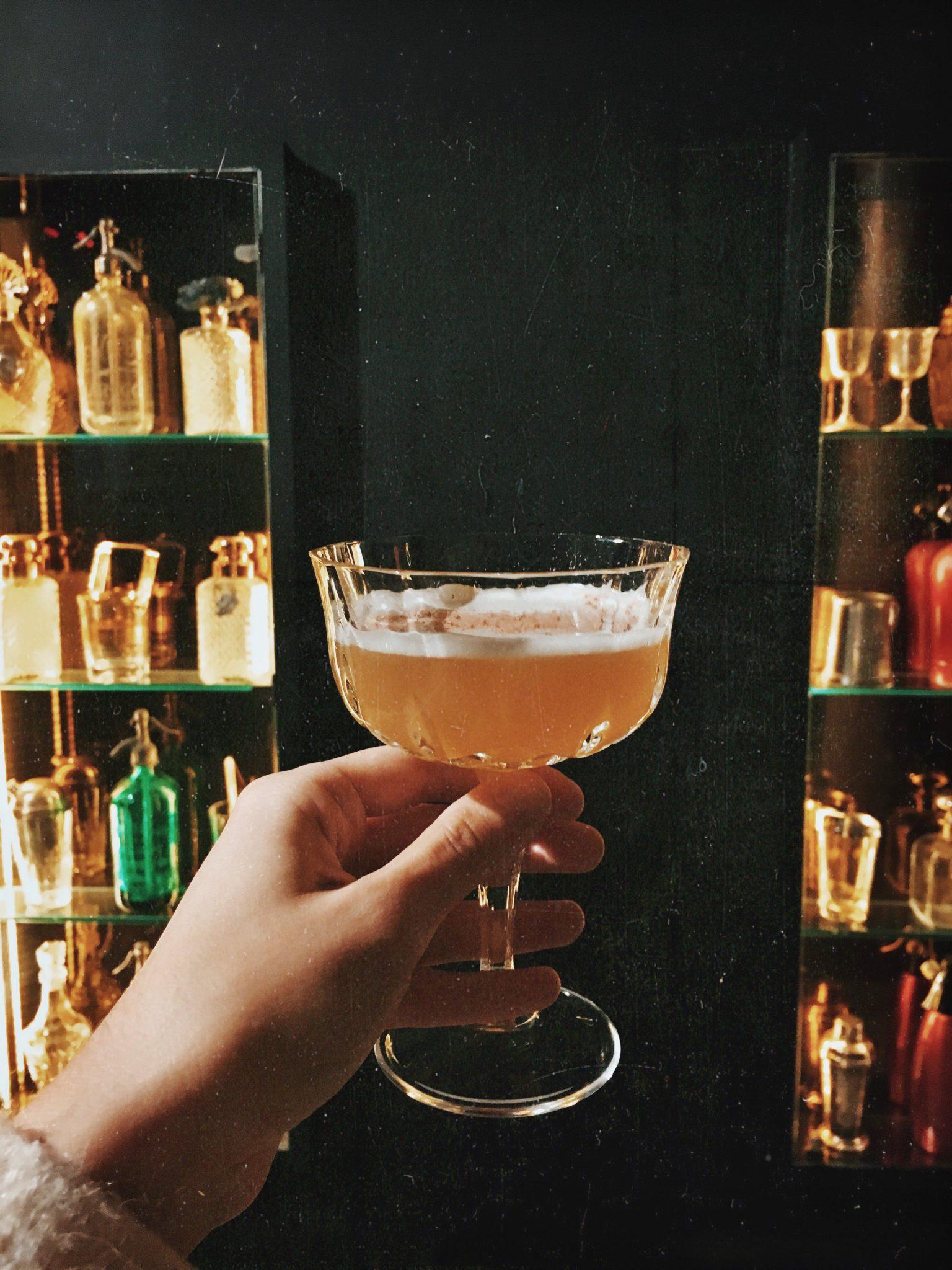 Cobra Cocktail Bar a Pietrasanta. A pochi passi da Forte dei Marmi, un salotto vintage dove sorseggiare cocktail e andare indietro nel tempo