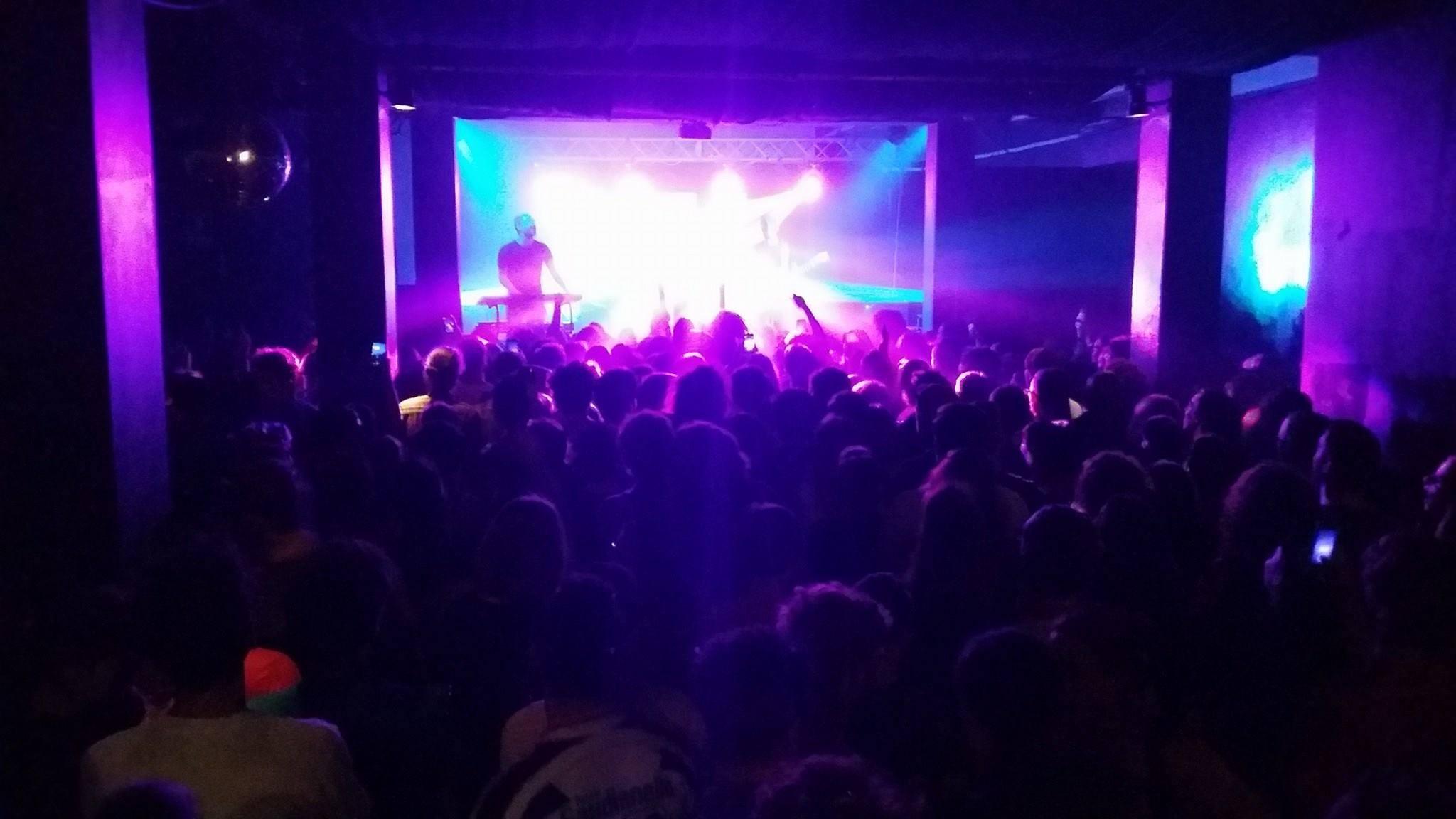 Una serata al Mame Club di Padova raccontata da chi guarda i concerti, ascolta i dj set e guarda gli altri bere dal guardaroba
