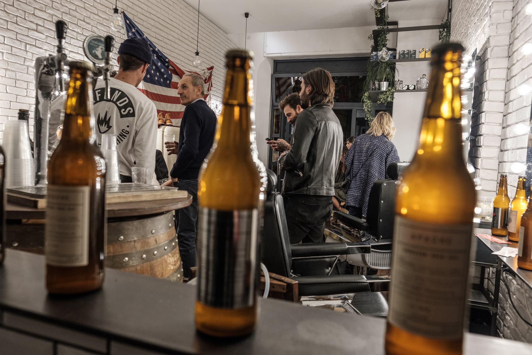 Hairsalon e barbershop, piccolo club con dj set, concerti in acustico, birrette e una lustrascarpe d'eccellenza. Tutto in un solo posto!