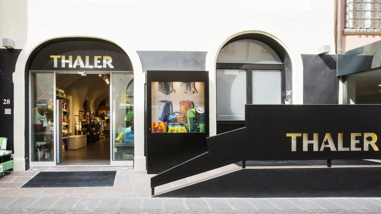 Sotto i Portici di Bolzano dal lontano 1763: Thaler è un luogo di profumi, di cosmetici e di SPA. Con vista sulla città dal bistrò all'ultimo piano