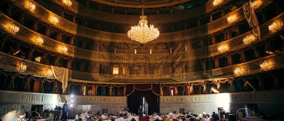 Teatri dove dormire, monasteri dove non fare silenzio e spettacoli improvvisati. Giro fra i teatri classici e non di Bergamo