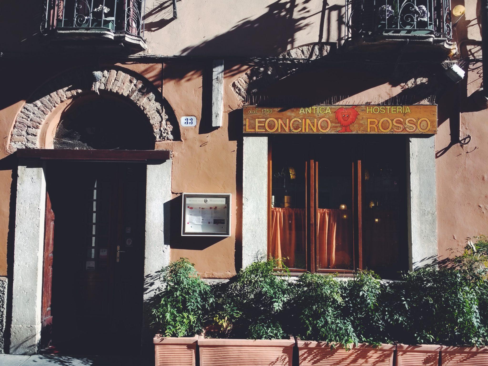 Il Leoncino Rosso e Lacucina: un'osteria dei primi dellOttocento, tutt'ora aperta, e un'osteria che ha inaugurato nel 2011. Prendete posto con noi