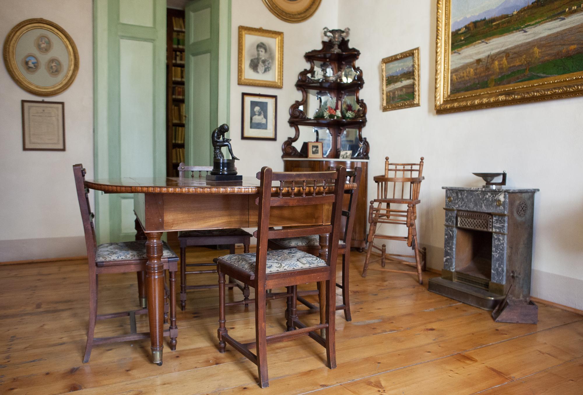 La biblioteca, i quadri, le sculture e i documenti di una vita dei primi del '900. Una passeggiata nella Storia, salendo le scale di un palazzo nobiliare