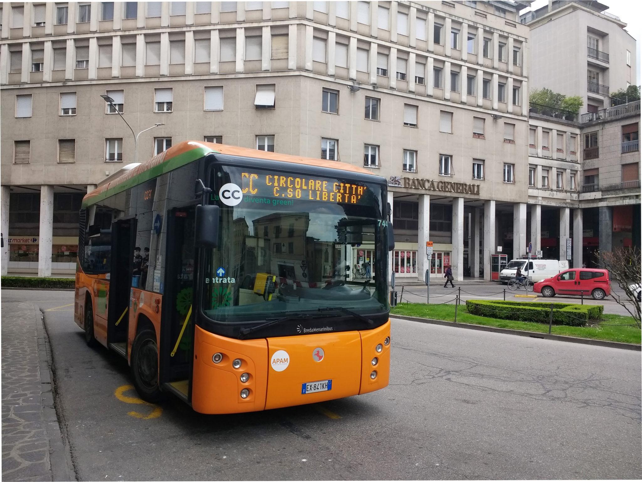 Ogni fermata del tram è una storia. Abbiamo attraversato Mantova a bordo di un pullman, da un capolinea all'altro per scoprire racconti e luoghi inaspettati