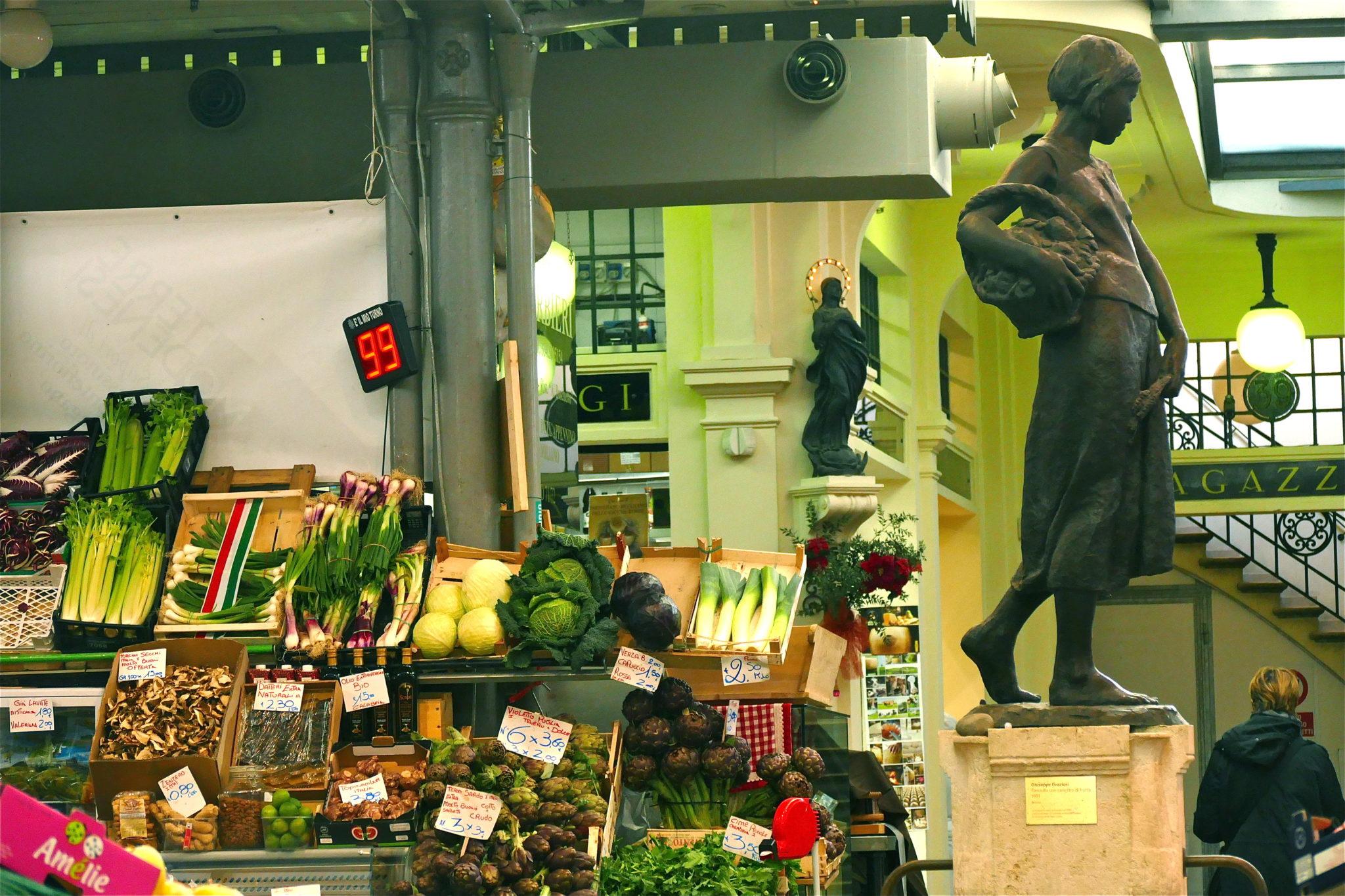 Dal mercato medioevale Albinelli a nuovi spazi dedicati all'arte visiva, fino a vecchie latterie e caffè. L'itinerario del fotografo Daniele Affranti
