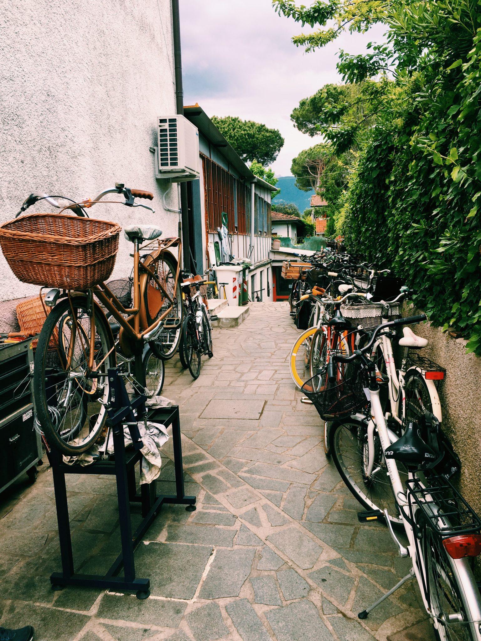 Lidi, borghi anni '60, crepes, la discoteca più antica del mondo e altri luoghi da scoprire di Forte dei Marmi, in bicicletta e non solo