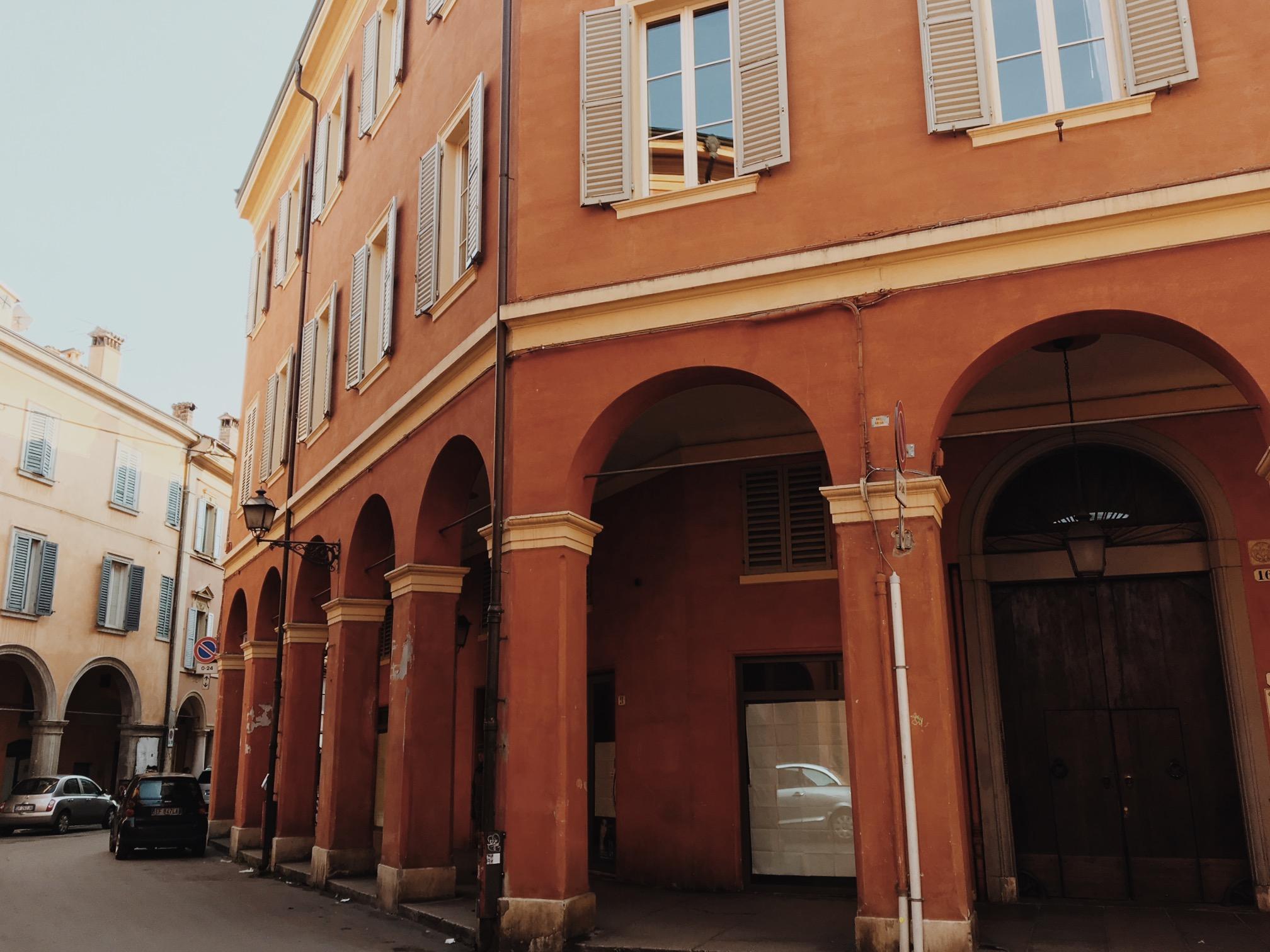 Un anfiteatro, una casa medioevale, un tempio di Giove e altri luoghi di Modena, senza dimenticare Lambrusco e cocktail. Un percorso lungo i sapori segreti
