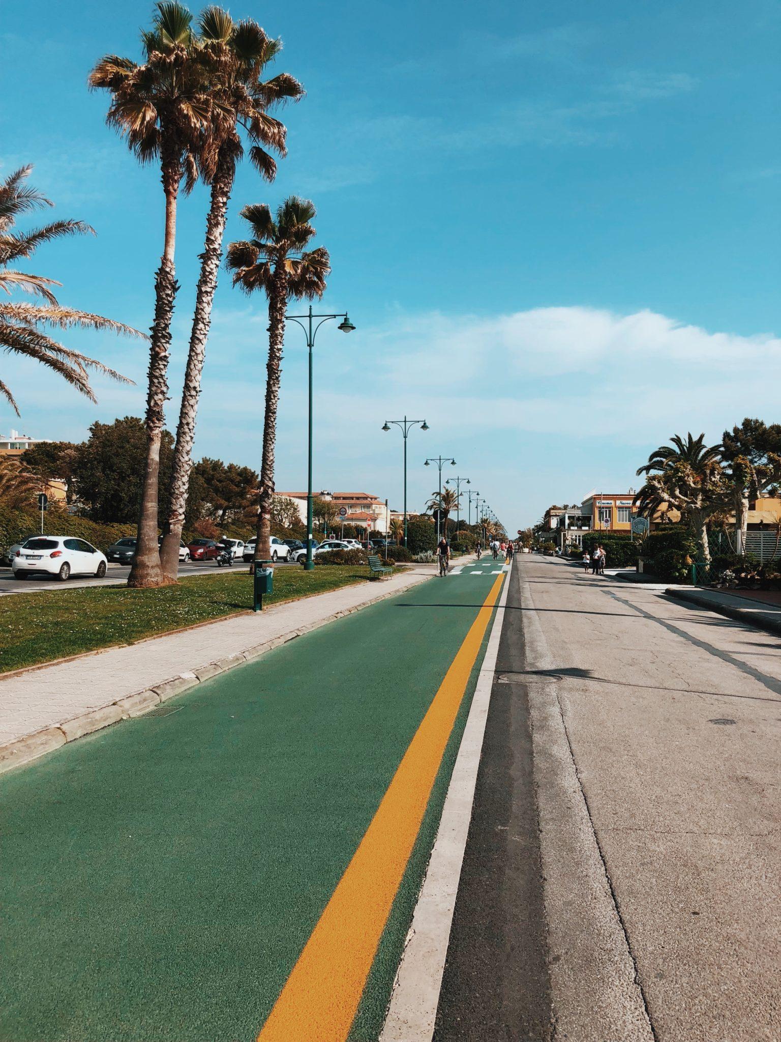 Un lungomare con pista ciclabile, un parco con percorso vita, skatepark, campi da basket e d'atletica. Una cartina della città per chi non se ne sta seduto