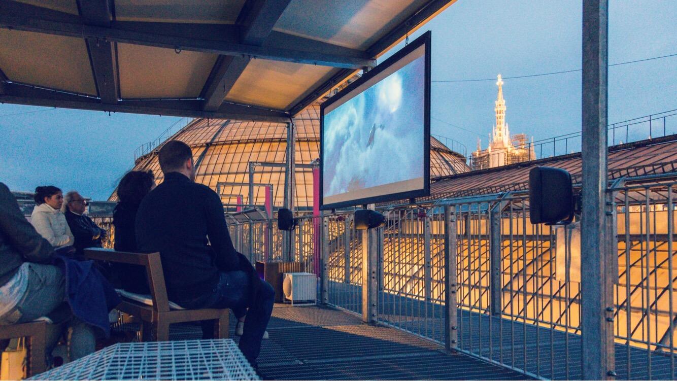 In Miracolo a Milano una coppia sorvola il Duomo su una scopa. La scena ora si può vedere davvero sui tetti: al cinema sopra la galleria Vittorio Emanuele