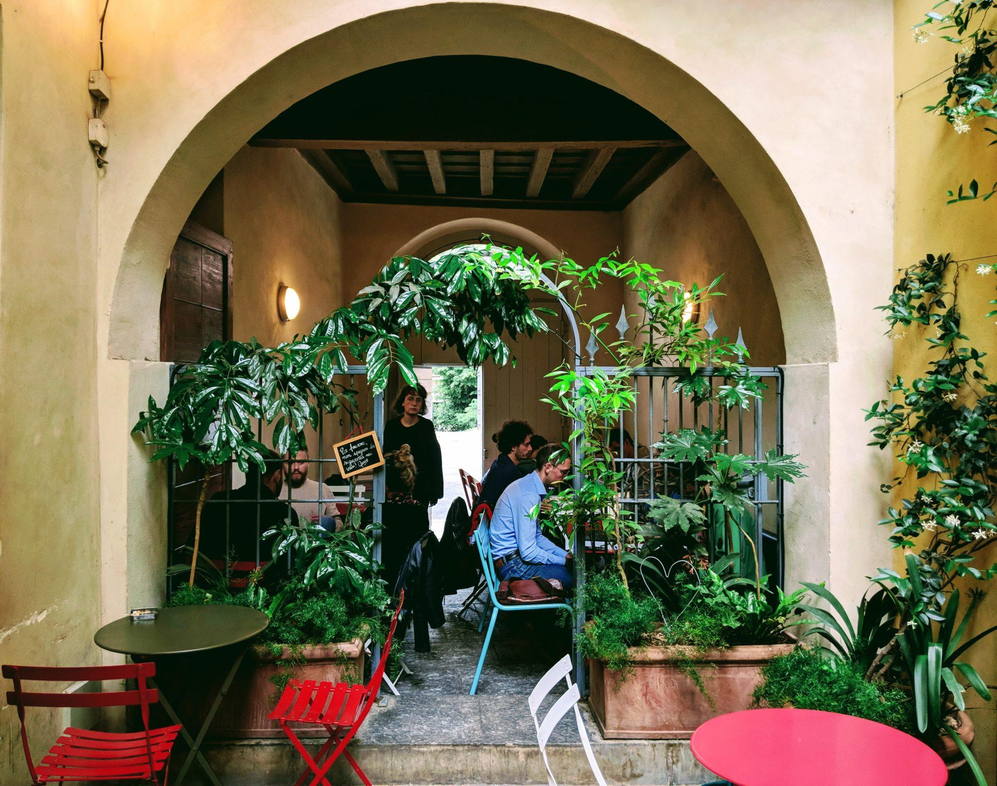 Una libreria, un cocktail bar, una saletta concerti e un posto per la pausa pranzo: tutto in tre stanze e un cortile, a pochi passi dal Duomo