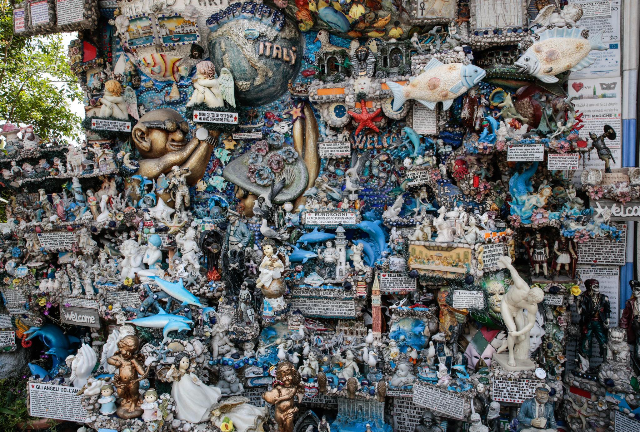Da una piccola flotta di barche dipinta su una macchia di umidità è nato il muro dei sogni di Corrado Bricchi, un'esposizione permanente aperta a tutti