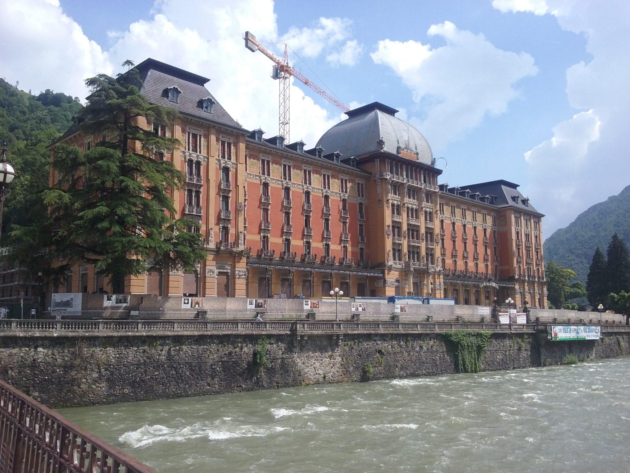 Un Grand Hotel dei primi del '900 domina il panorama da Belle Époque, le terme rallentano il tempo, i dj set d'estate lo velocizzano: gita a San Pellegrino