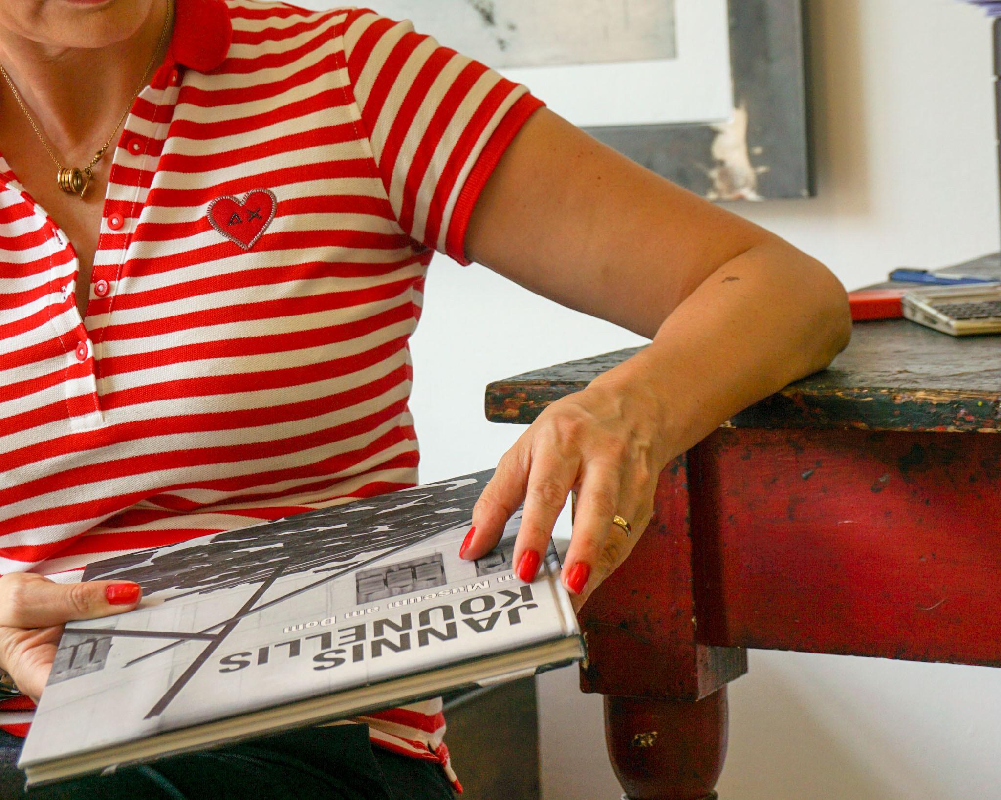 Corrado Albicocco e la sua pressa d'epoca danno vita a incisioni su lastre, mondi colorati e in bianco e nero, per esposizioni e mostre d'autore