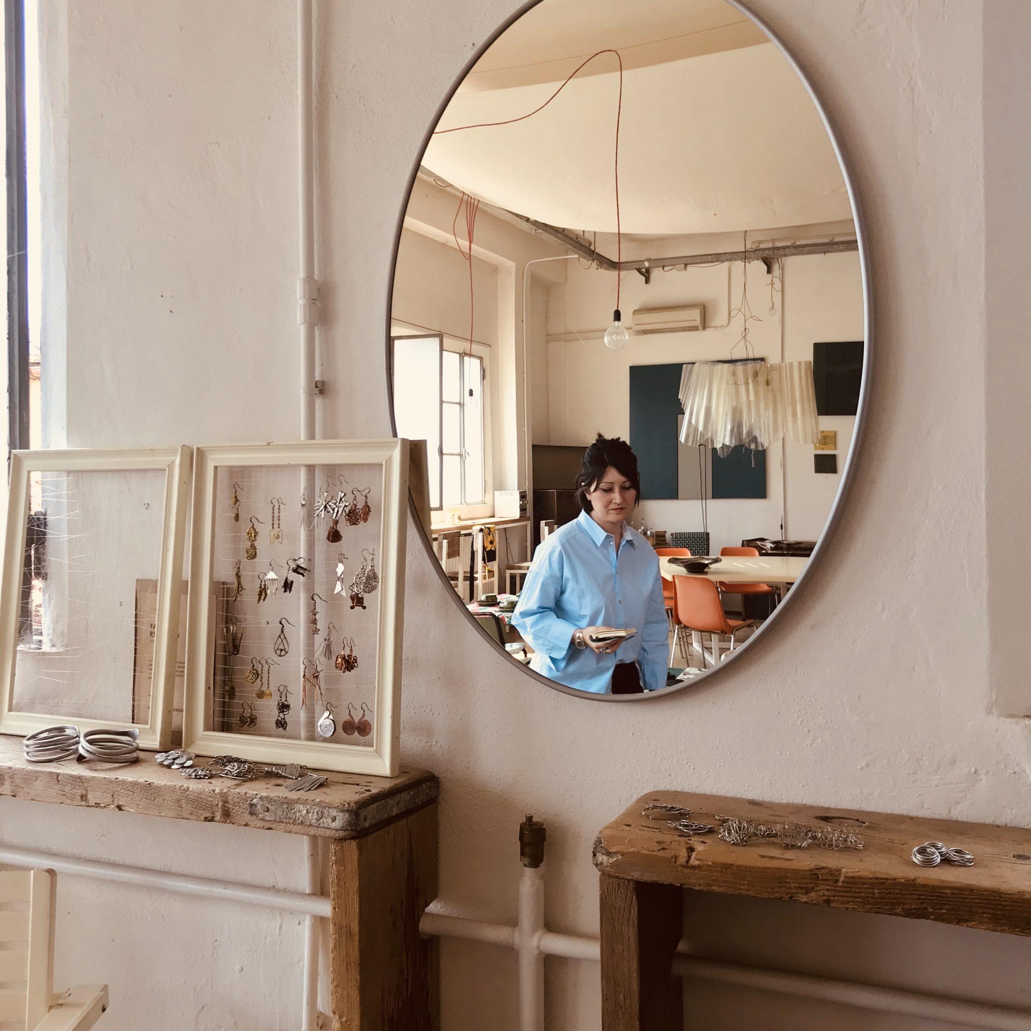 Mobili restaurati, illustrazioni, gioielli, arredamento in resina, ceramiche e tessuti su misura: un giro nel mondo degli artigiani fuori dal centro