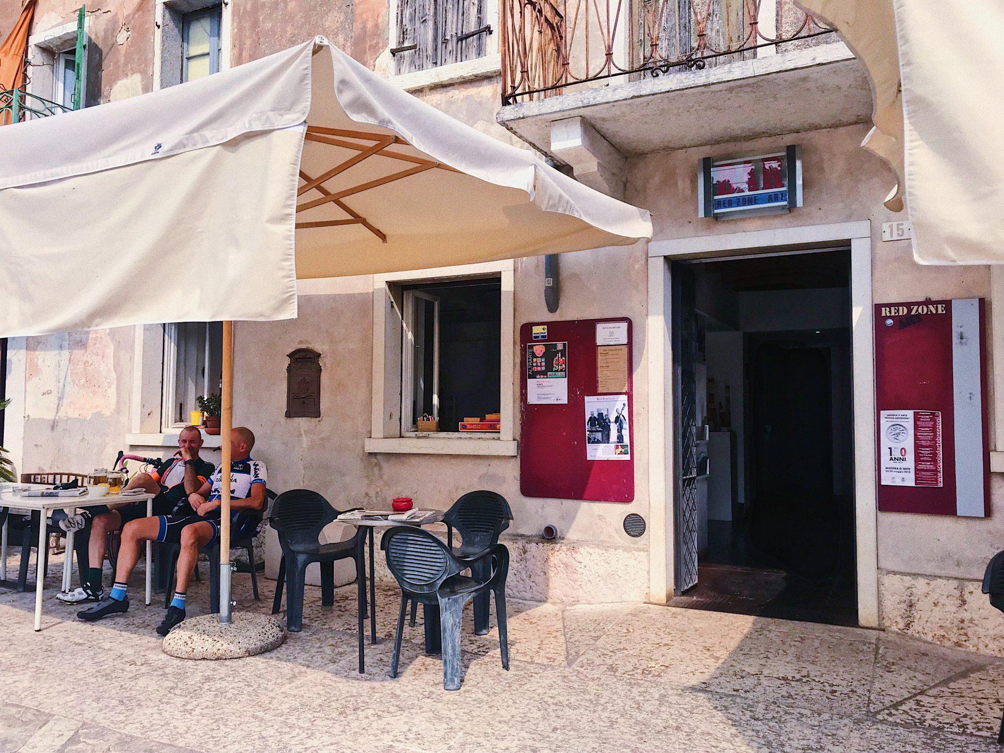 A Pieve di San Giorgio di Valpolicella il bar della piazza è rimasto quello di una volta, all'esterno. Dentro, si scopre un luogo per concerti e per mostre