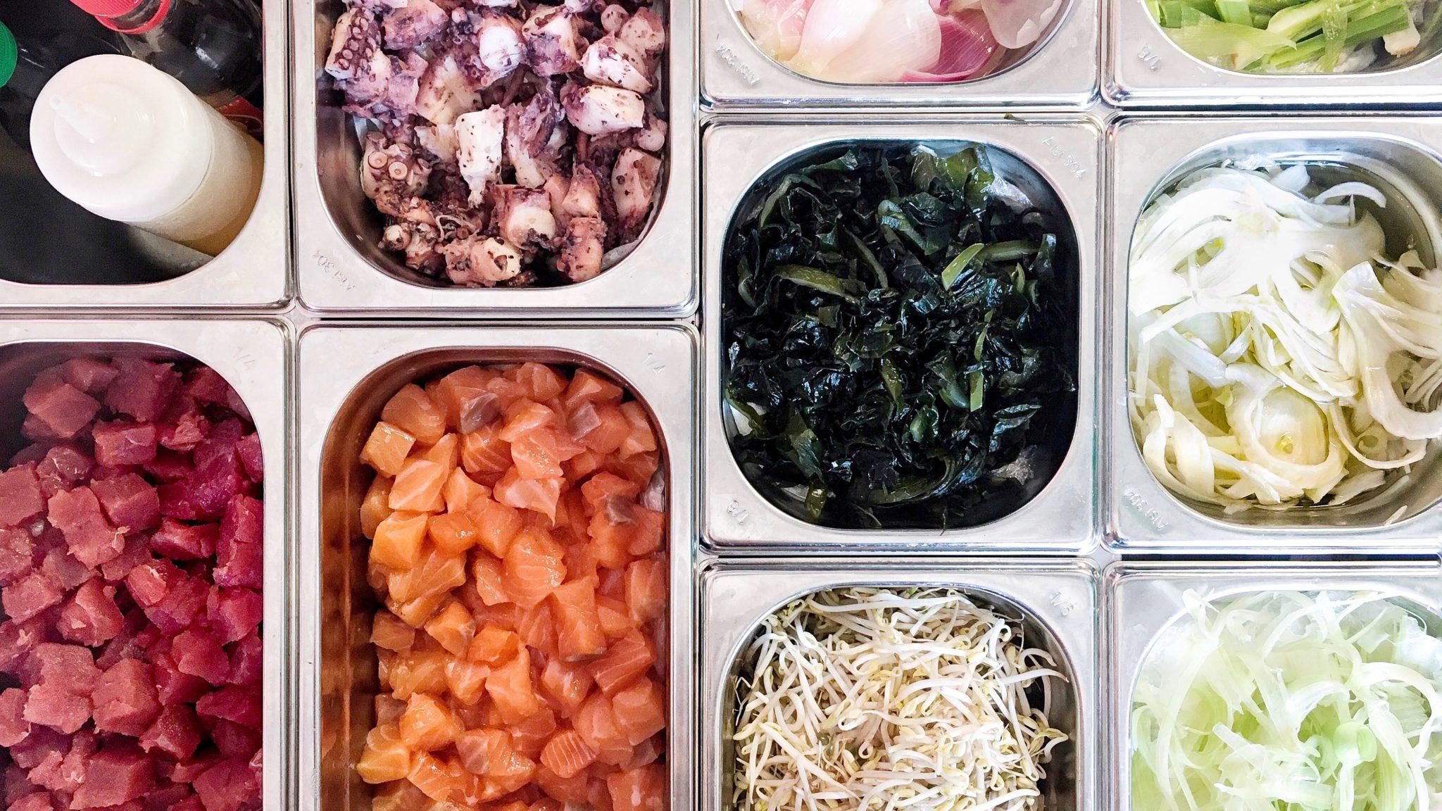 Sui Navigli di Milano c'è un angolo di Hawaii: da Pokeia si può gustare l'insalata hawaiana di pesce crudo. Siamo andati a farci un giro, di poke