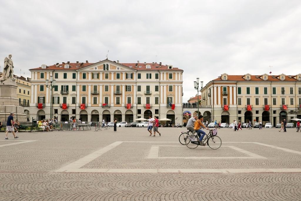 Circondata da palazzi in stile neoclassico, sullo sfondo le vette dell'Argentera, ad ogni angolo più di un bar: ecco la piazza teatro della città