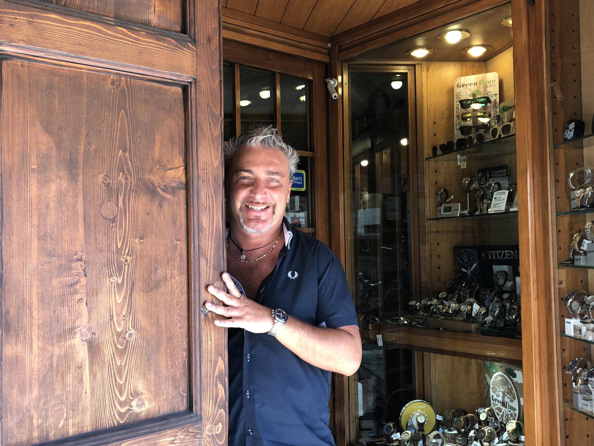 Al di là del fiume c'è Oltretorrente, una Parma antica dove gli orologiai resistono al tempo, le osterie hanno insegne d'epoca e l'arte è autodidatta