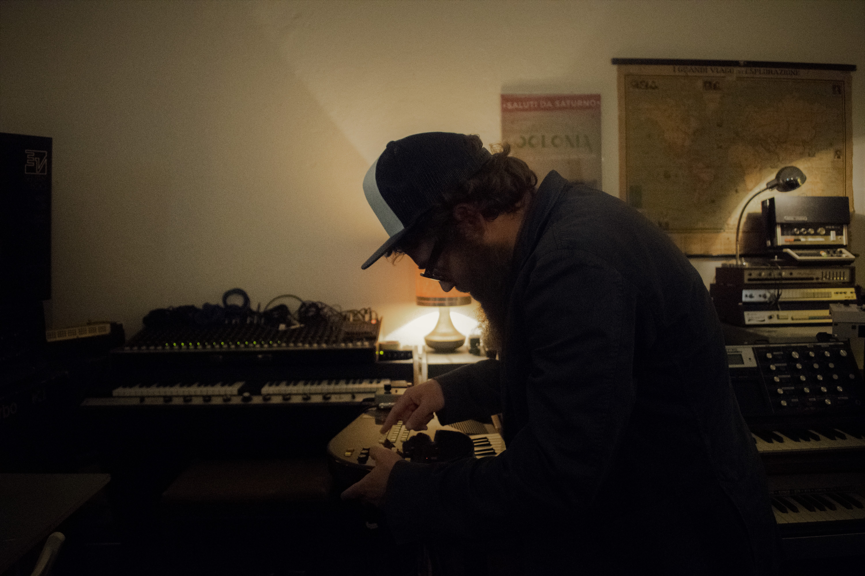 Mirco Mariani, tastierista di Vinicio Capossela, suonatore di punk da balera, ci apre le porte del suo Labotron: dove colleziona mellotron e ricordi