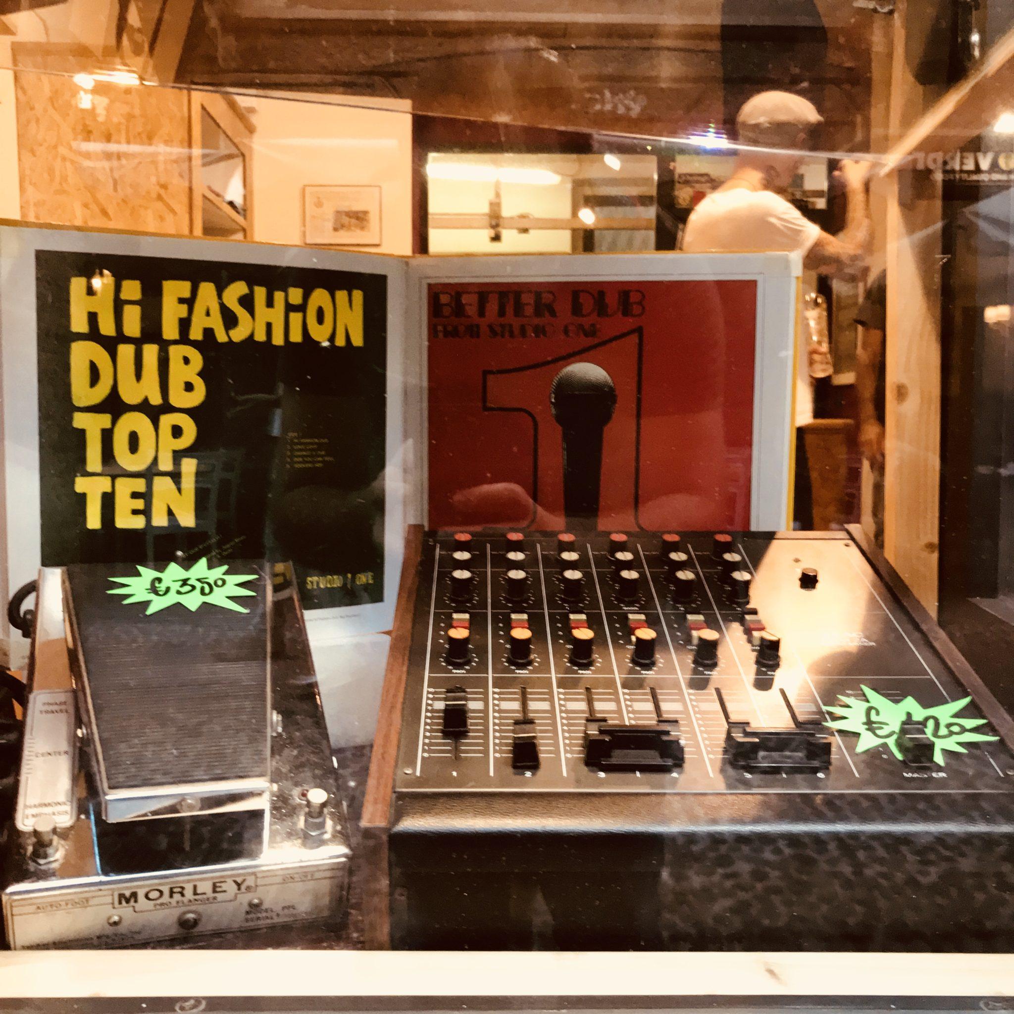 Sui Navigli in pochi metri di strada, convivono una liuteria, un temporary shop di strumenti musicali d'autore, programmi radio in vetrina e cocktail bar