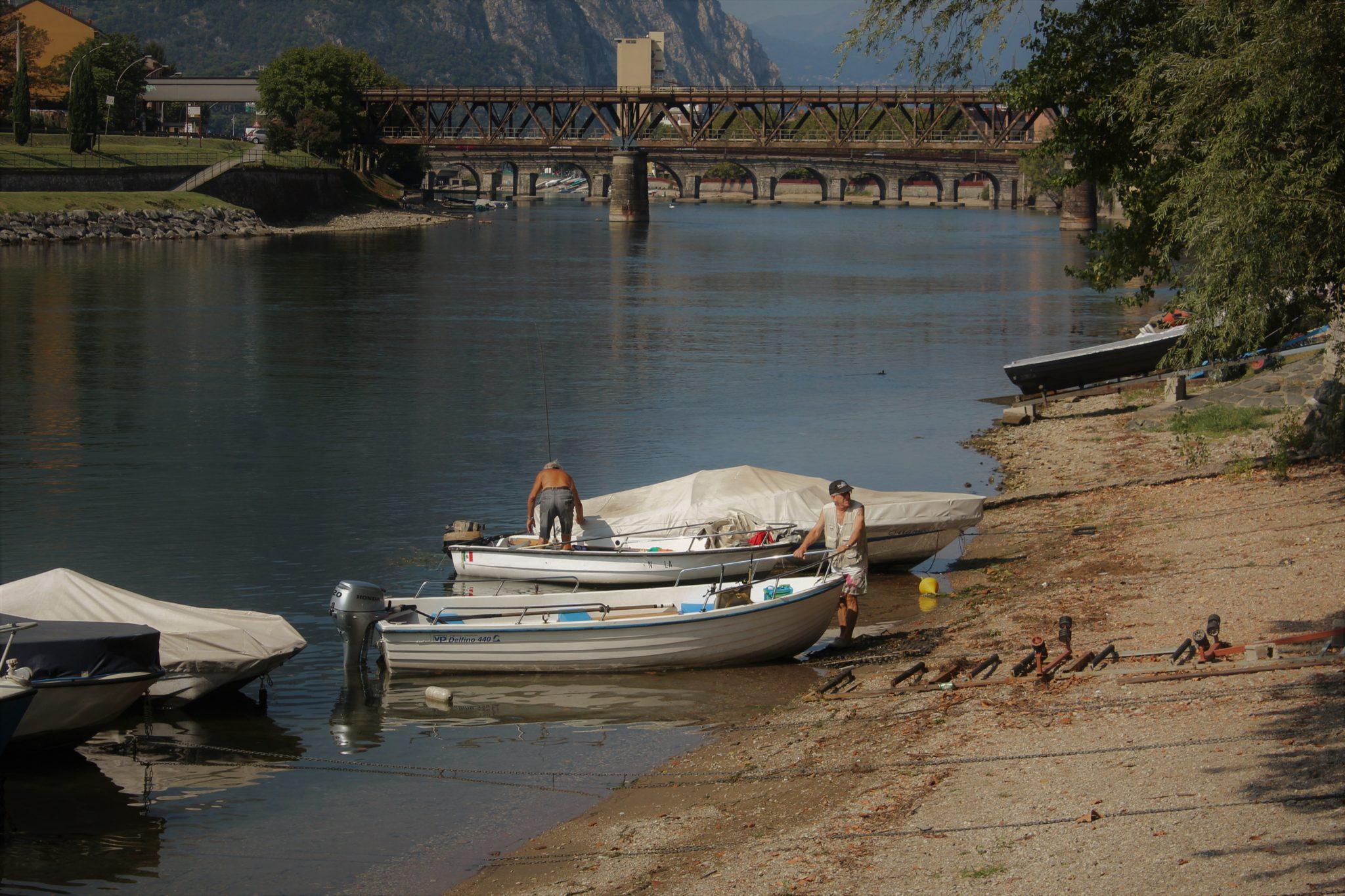 Fa parte della città ma sembra un mondo a parte. Pescarenico è luogo di pescatori, di chi fa jogging e di chi ama la buona tavola del Barcaiolo