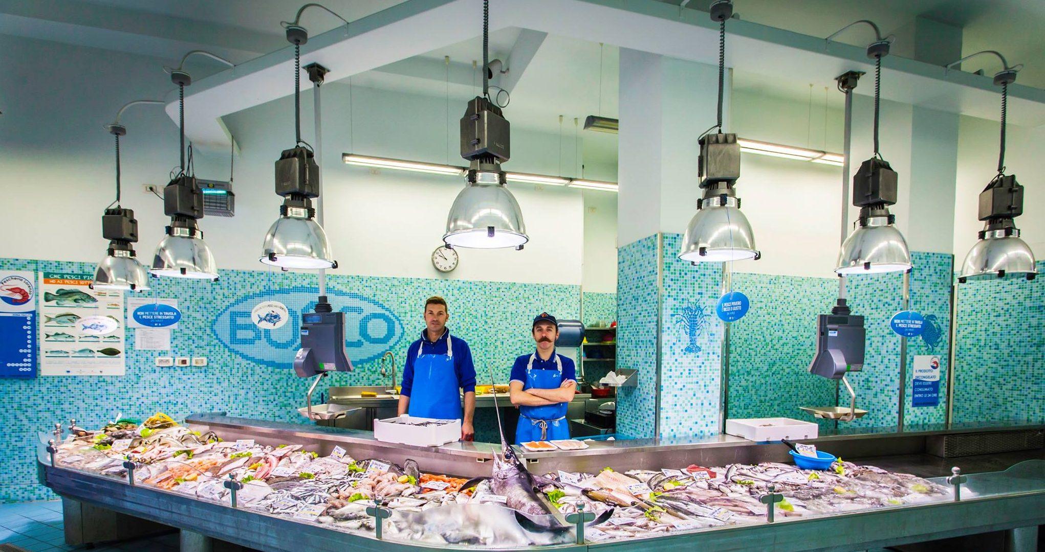 """Lo street artist Marco """"Mace"""" Rodella dà vita alle vetrine delle pescherie di Trieste, scrivendo ogni giorno con un nuovo flow il pescato del giorno"""