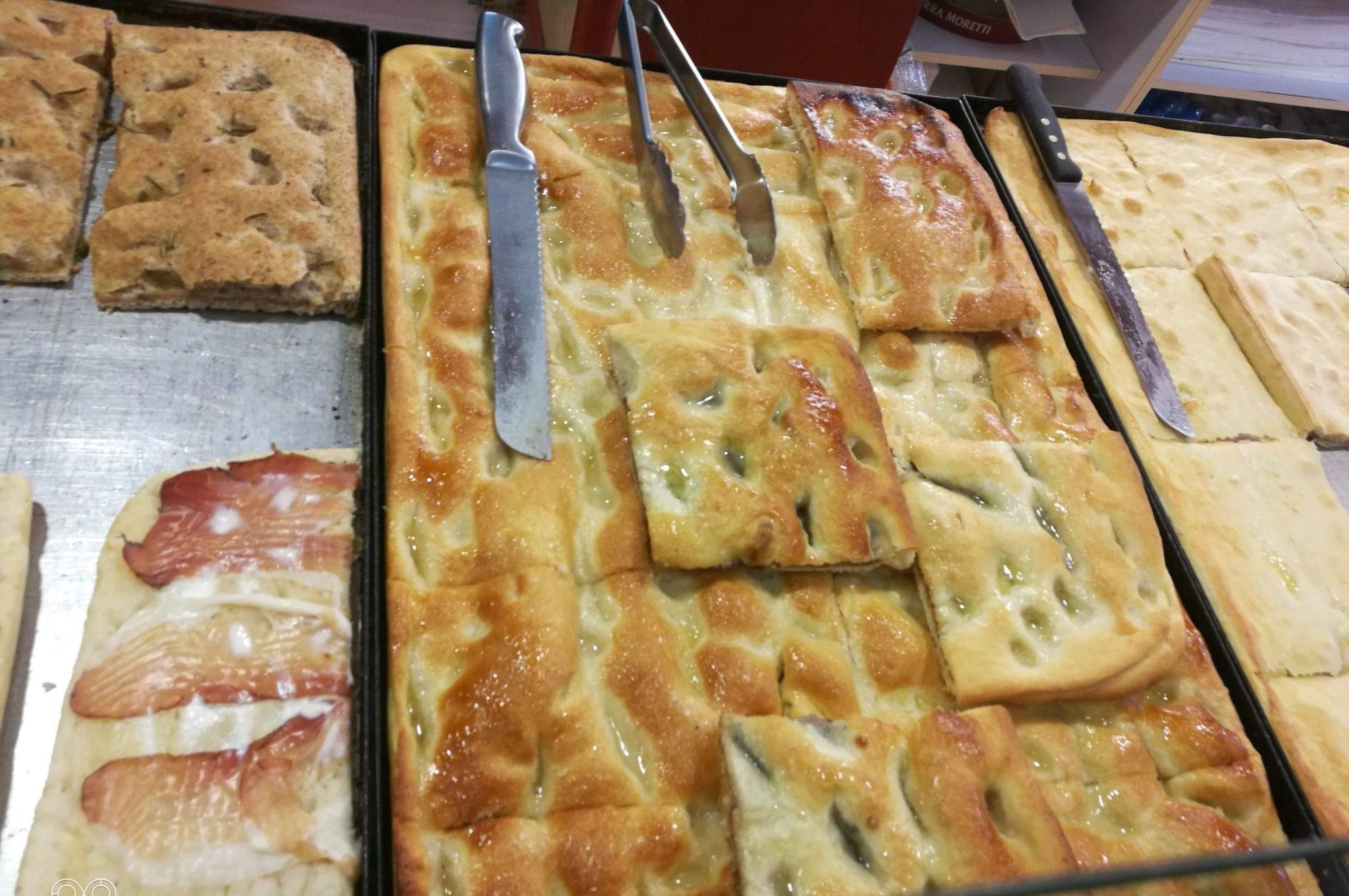 Ricoperta di zucchero, ma non solo, la focaccia dolce è una tipica merenda alessandrina. Per farcela raccontare, abbiamo visitato tre panetterie della città