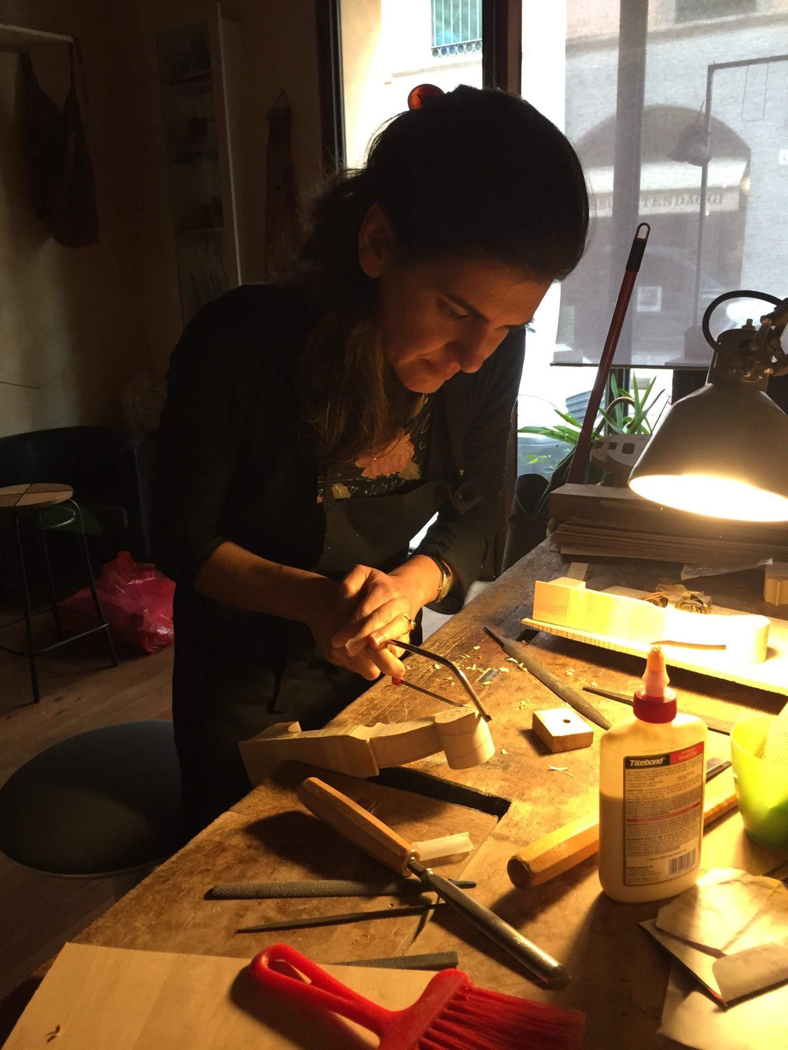 L'arte dei liutai è di casa a Cremona. Via Robolotti conta ben 16 botteghe di liuteria. Siamo andati a curiosare in alcune di queste