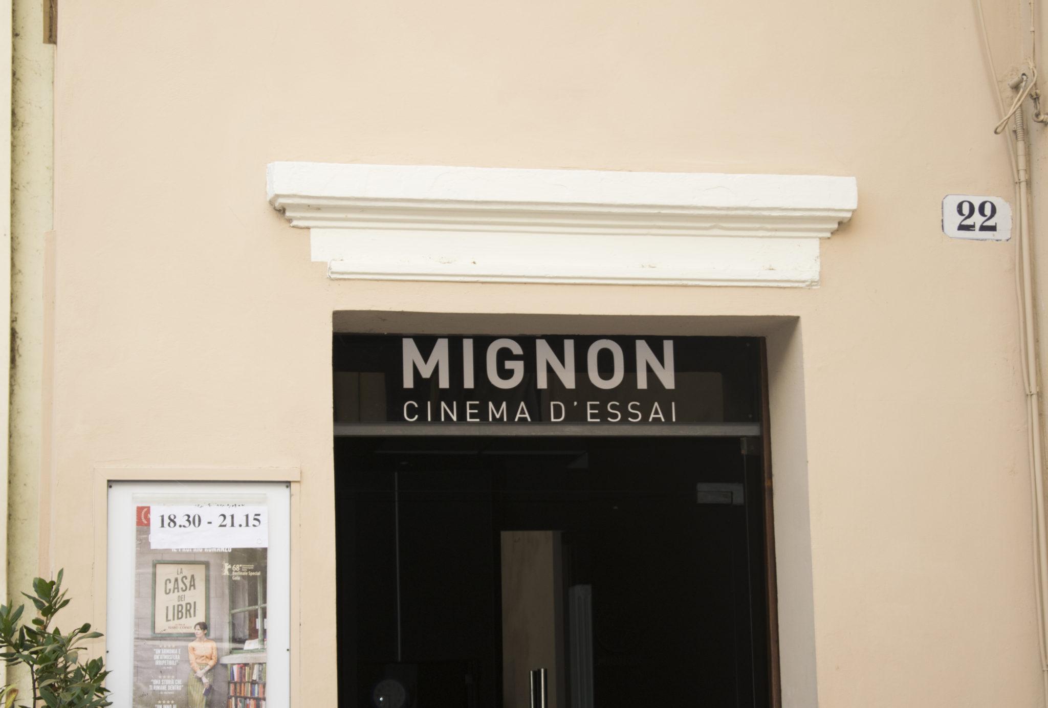 Nel 1976 alcuni studenti aprono un cinema di cui sono i primi spettatori: pellicole diverse dal solito. Oggi il Cinema Mignon è aperto a tutti