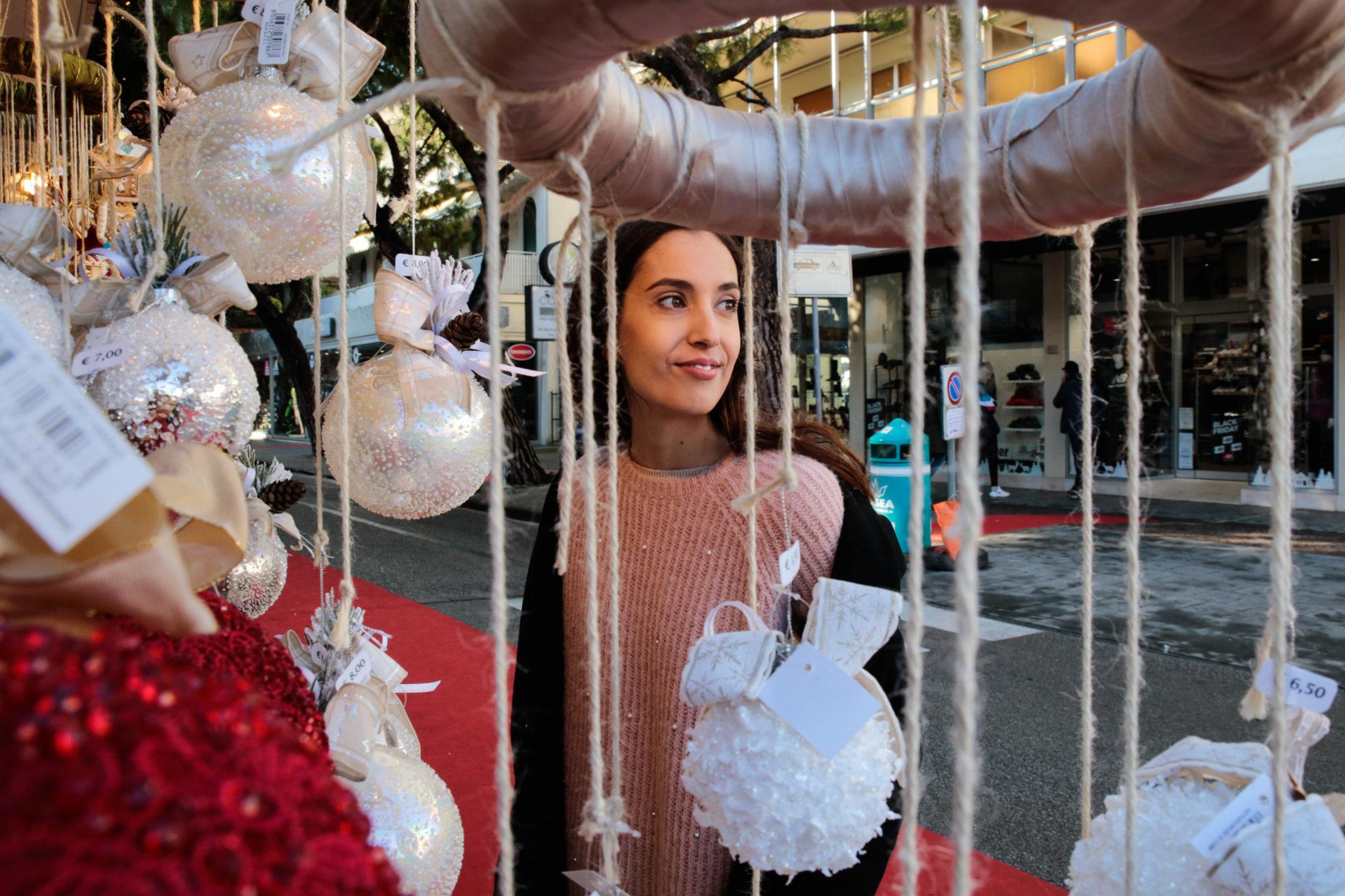 Ritratti e storie di alcuni abitanti delle 70 casette in legno del mercatino di Natale di Jesolo, fra miele, gioielli e giostre