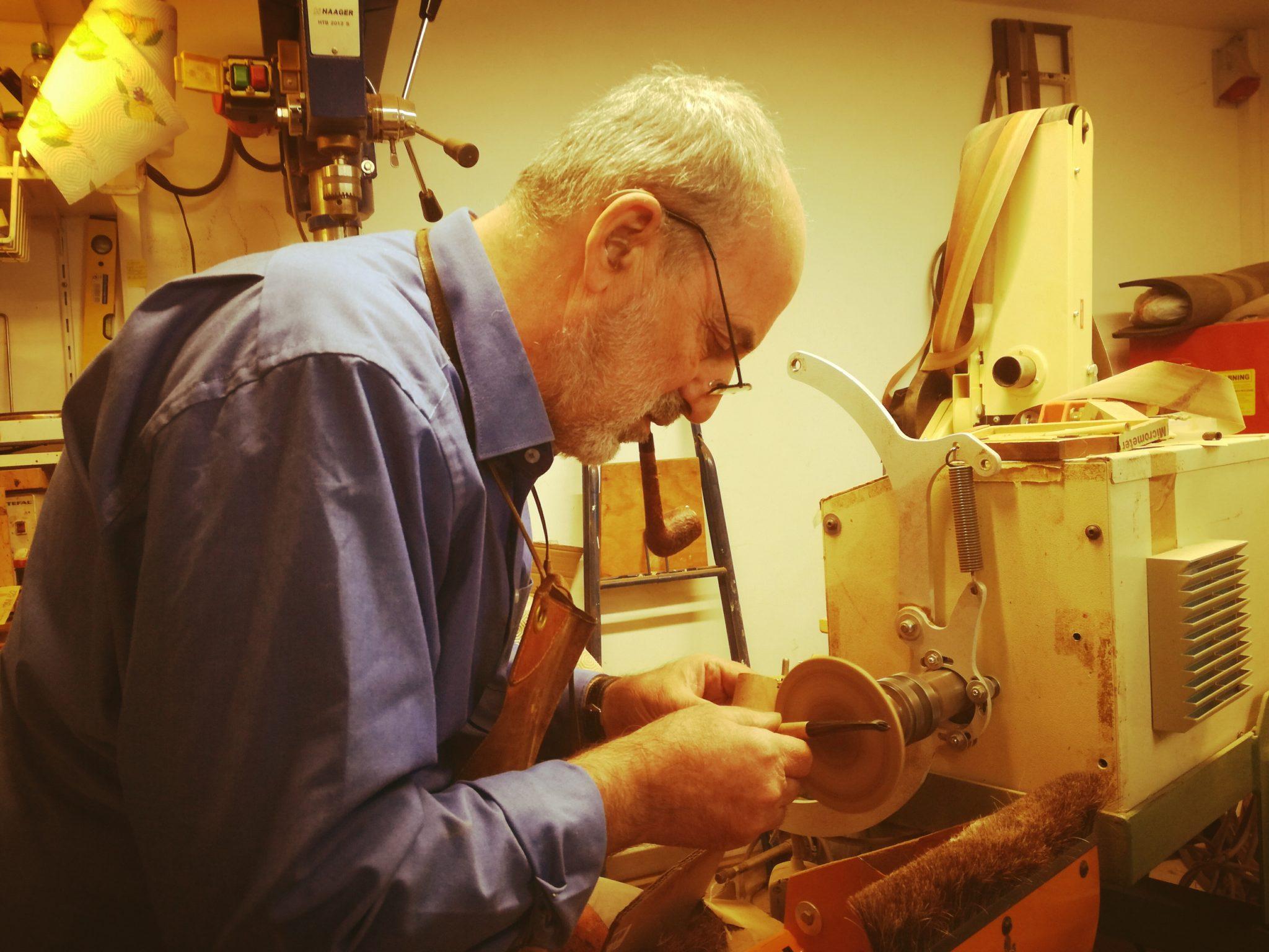 Negli anni 70 Bertram Safferling scoprì la pipa facendo l'autostop in Irlanda. Oggi a Bolzano il suo Atelier della Pipa è un luogo d'altri tempi