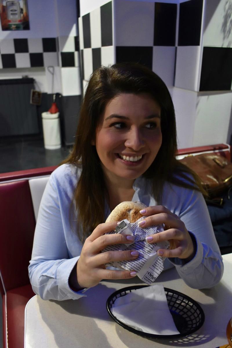 Hamburger, caffè americani, dolci americani, ma in terra, e con materie prime, alessandrine. Il Walla Alla, dove ci si sente sul set di Grease