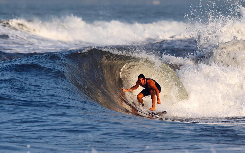 Jacopo Conti, surfer della scena Versiliese, ha un negozio di tavole da surf a 100 metri dal mare. Ci racconta i suoi luoghi di Forte dei Marmi