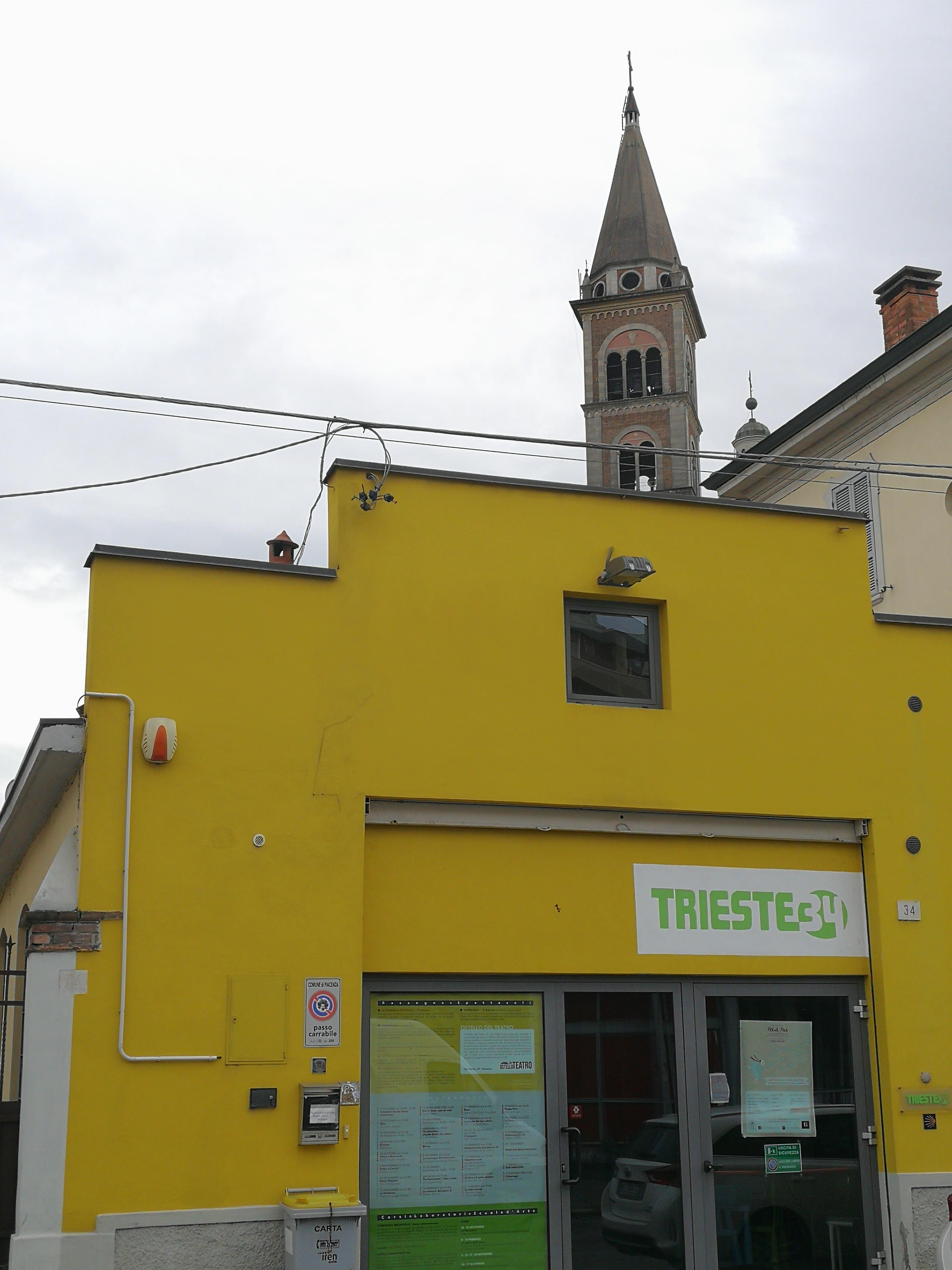 In un ex capannone industriale degli anni '50, sorge il Teatro Trieste 34: teatro indipendente di Piacenza, diventato da poco anche ostello