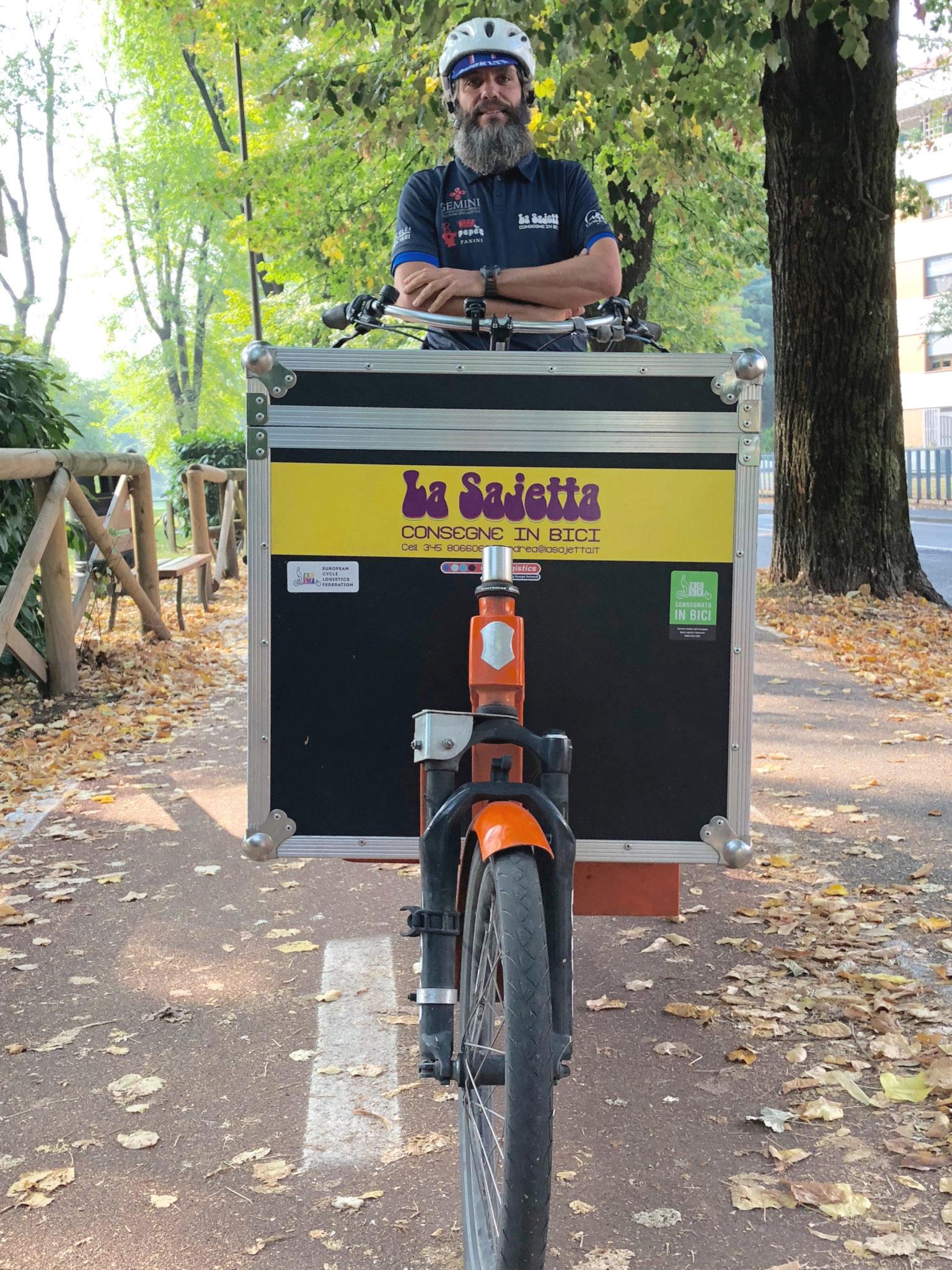 Una bicicletta da fornaio anni '20, oggi consegna prodotti bio. Andrea Saccon ci racconta Parma dal sellino della sua Sajetta