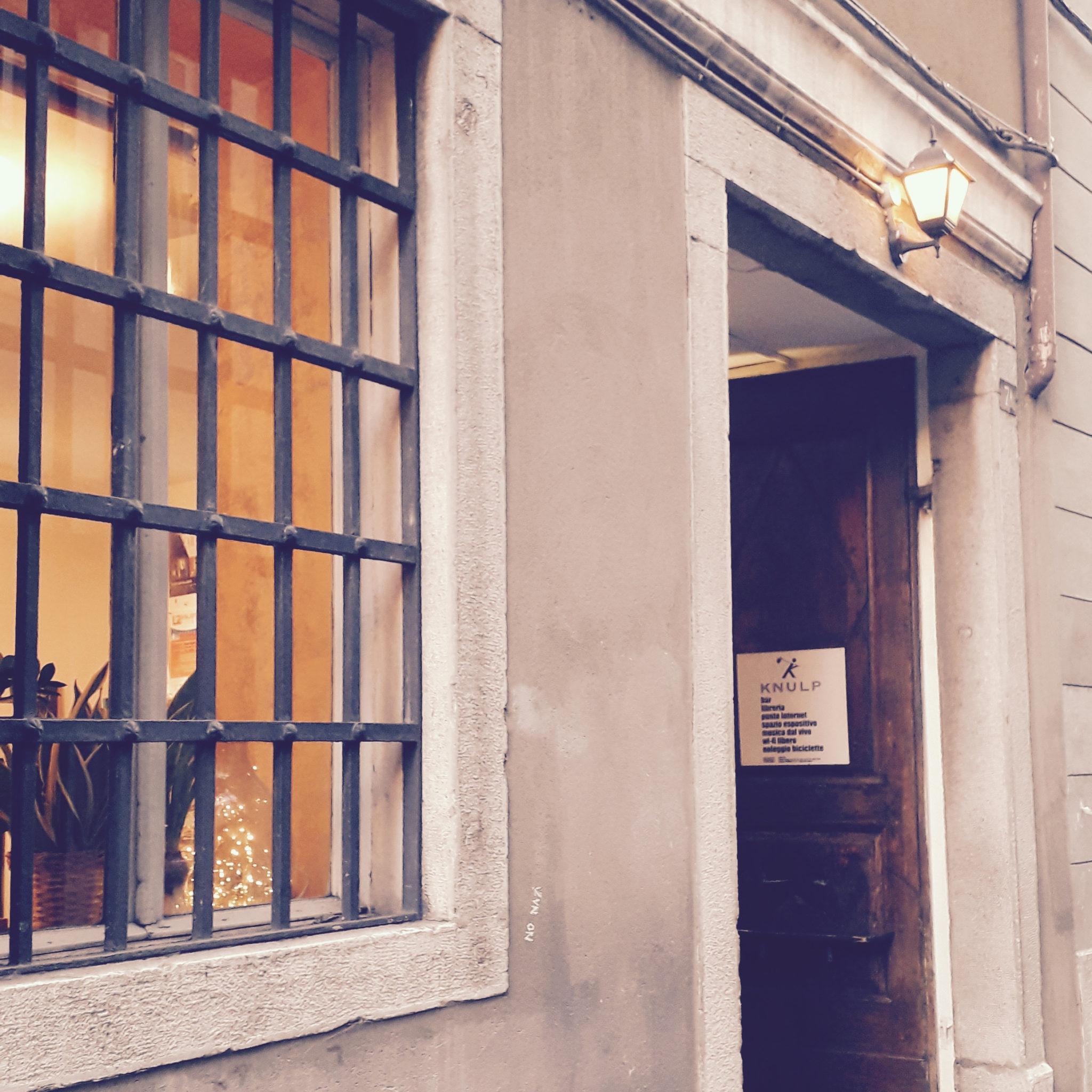Assaggi di torte, di teatro, di musica dal vivo, di libri e di cinema: Knulp, da più di 15 anni lo spazio senza confini nel centro storico di Trieste