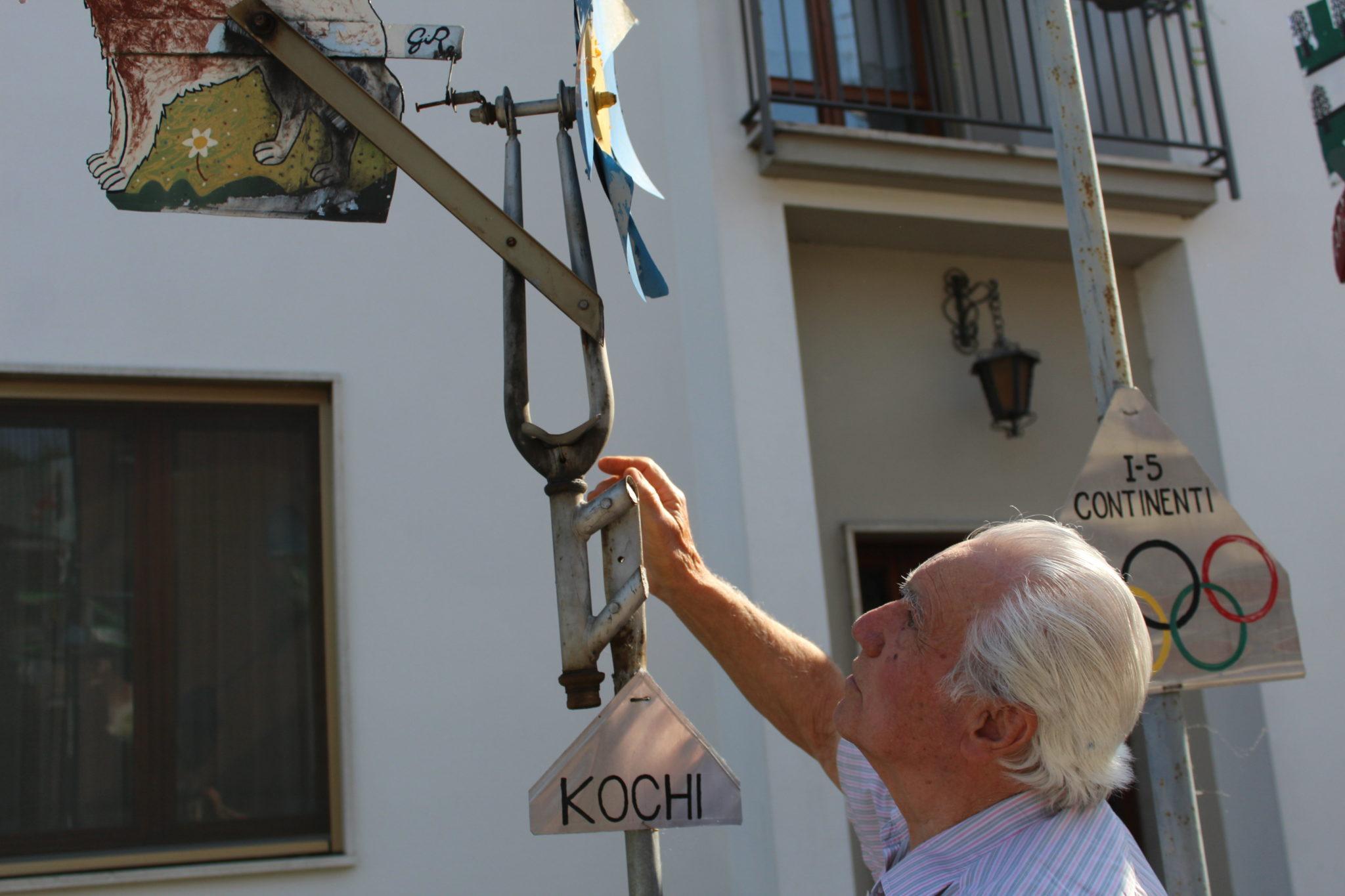 Giacomo Rebecchi, 86 anni, ferroviere in pensione, dal 1986 costruisce girandole in mostra nella via in cui abita, in via dei Ferrovieri Caduti a Cremona